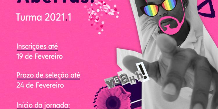Arte em fundo rosa. Foto de um jovem negro apontando para a frente e colagens coloridas nos óculos, no cabelo e ao lado. Texto: Inscrições abertas! Turma 2021.1 Inscrições até 19 de fevereiro. Prazo de seleção até 24 de fevereiro. Início da jornada: 08 de março. Logos pra brilhar, viração Educom e programa municipal de IST/Aids da Prefeitura de São Paulo.